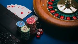 roulette jetons cartes de poker sur ordinateur noir